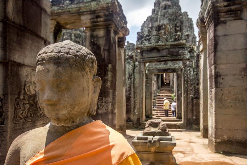 Cambogia, templi di Angkor Wat, primo piamo statua di Buddha