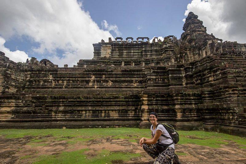 Cambogia, complesso di templi Angkor Wat, io con sullo sfondo uno dei templi kmer