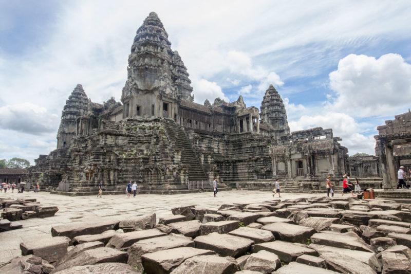 Cambogia, templi di Angkor Wat, vista del piazzale esterno di mattoni