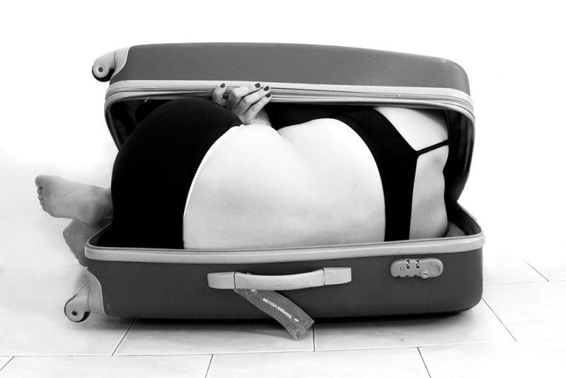mi prendo e mi porto via. Foto di me in una valigia